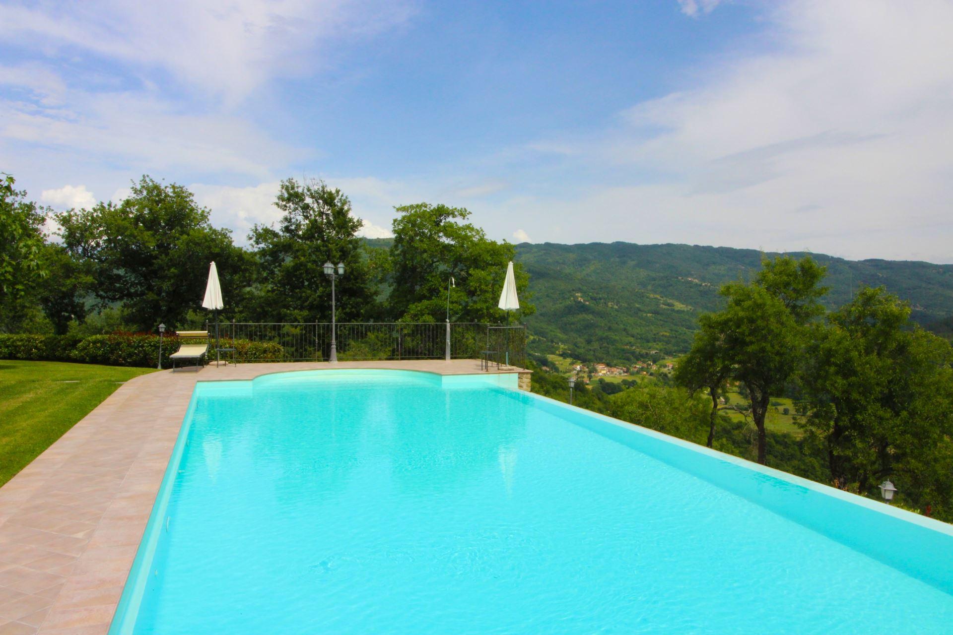 Borgo Usciano sleeps 20  infinity pool